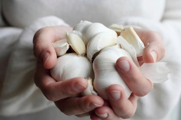 Почему от чеснока болит желудок болит низ живота и вздут